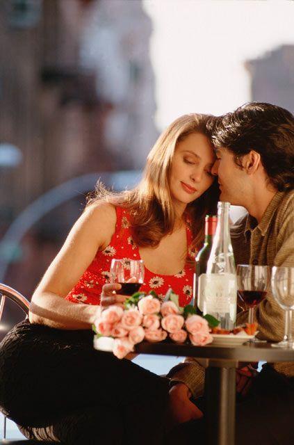 Cafe:   En uygun buluşma ortamlarından sayılır. Bol bol sohbet edebilir, birbirinizi yakından tanıma fırsatı bulabilirsiniz. Seçme şansın varsa, deniz veya yeşilliğe bakan bir masayı seç ki, daha romantik olsun. Böylece ona duygularını daha rahat ifade etme fırsatı tanımış olursun.   Oturma pozisyonunu da es geçmemek gerek! Tam karşısına oturursan, onu etkileme şansın azalabilir. Çünkü bu oturuş biçimi beden dilinde rakiplik anlamına gelir ve karşısındaki kişi seninle rahat iletişim kuramaz. Bu nedenle mümkünse, yanına otur ve onunla sadece göz teması kur.